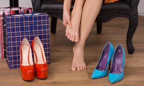 Болевые ощущения мешают носить обувь на каблуках