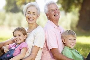 Бабушка и дед с внуками
