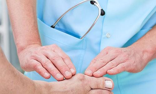 Врач-специалист осматривает пациента